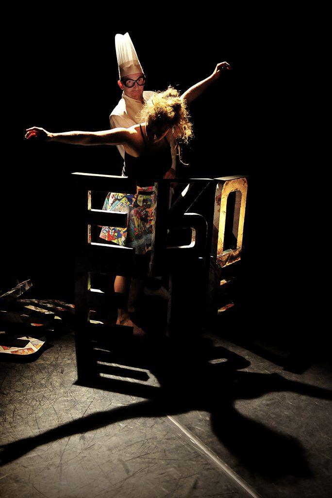 """Esperluette Danse avec la Peau des Mots - lettres, danse et Victor Ducros dans la cuisine à mots - """"crédit photo Rémy Masseglia - Cie Reveida tous droits réservés"""""""