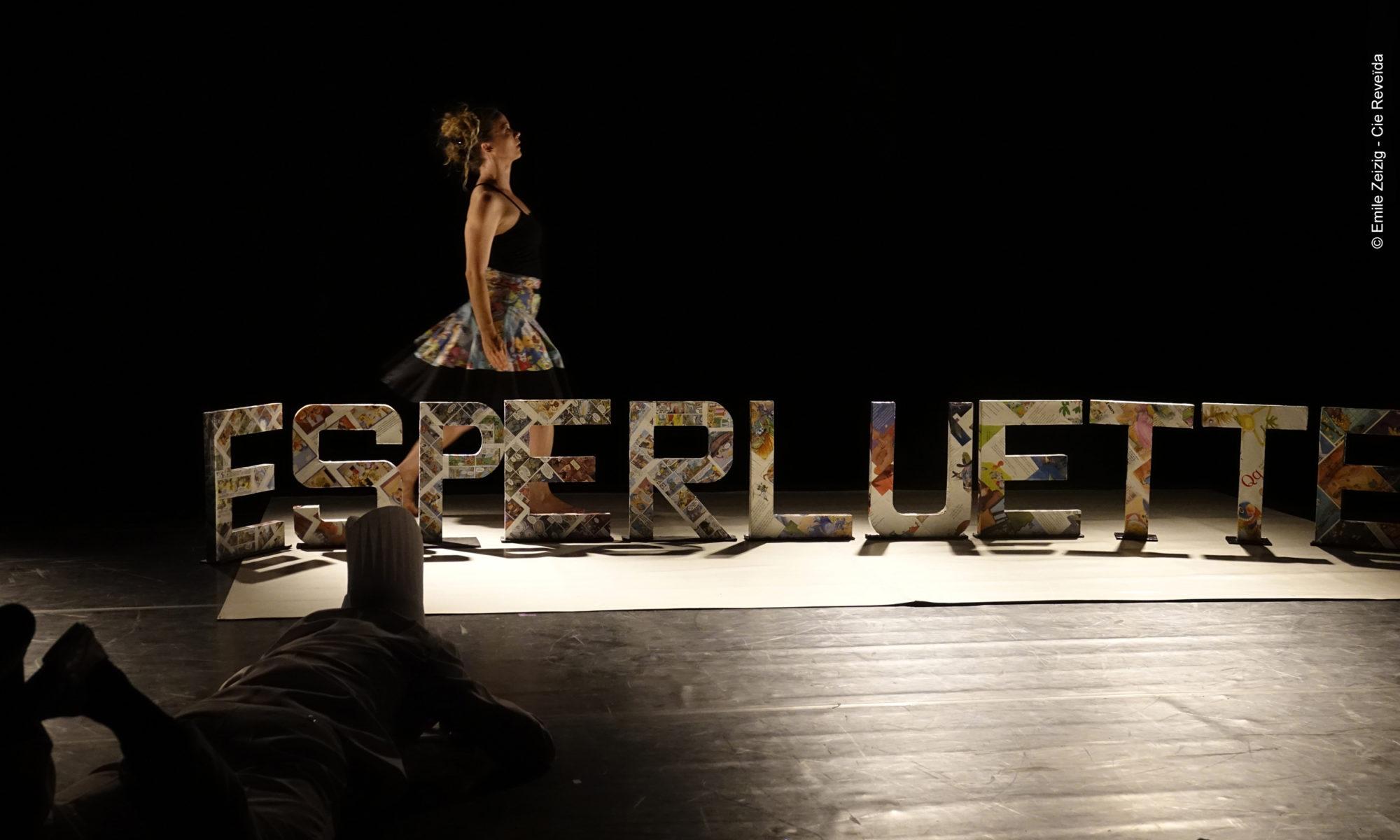 """Esperluette Danse avec la Peau des Mots - spectacle danse jeune public livres poésie - """"crédit photo Emile Zeizig - Cie Reveida tous droits réservés"""""""